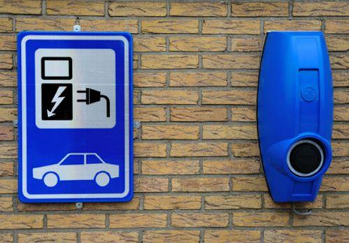 PCW stelt vragen over (tekort aan) oplaadpalen elektrische auto's